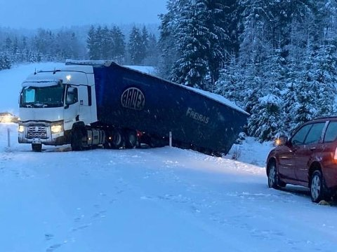 GLATT: Dette vogntoget havnet på tvers på rv. 22 ved Gautestadsletta.