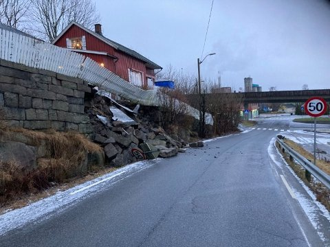 RASTE UT: En stor del av en steinmur har rast ut i Grålumveien.