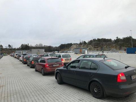 Halden kommune har kapasitet til å teste alle som kommer inn i Norge via Svinesund. Utfordringen er at det er mange som kjører forbi, til tross for at det er obligatorisk testing.