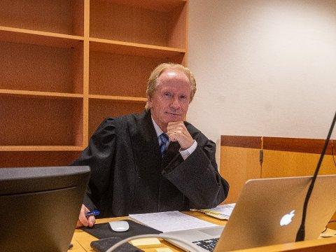 Per Danielsen er advokat for 21-åringen som mistet jobben. Han mener dommen er helt gal, og vurderer anke.