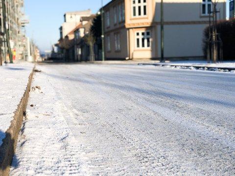 HINNE: Flere steder i Sarpsborg-distriktet er det en tynn ishinne. Det medfører glatte veier.
