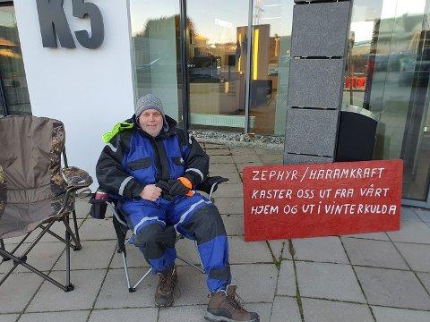 PROTEST: Hans Petter Thue hevder han blir kastet ut av sitt hjem etter at familien tapte rettsaken mot Zephyr/Haram Kraft.