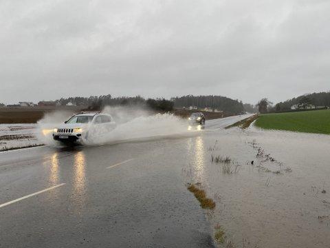Søndag 27. desember kom det enorme nedbørmengder i Fredrikstad. Kommunens målestasjon i Engelsviken viste 32,4 millimeter nedbør på et døgn. Dette bildet er tatt i Onsøy.  Foto: Sondre Bernhardsen og Jonas Fjeld Pettersen