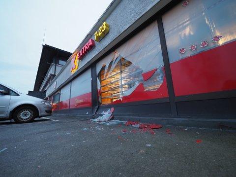 En bil kjørte rett gjennom et vindu på Coop Extra-butikken på Grålum like før klokka 14.30 torsdag ettermiddag.