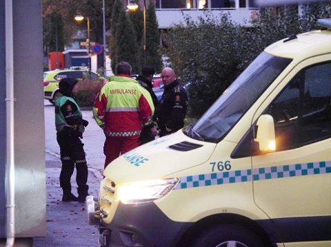 Nødtetatene var raskt på plass da det ble meldt om knivtrusler i en bolig i Sarpsborg onsdag kveld.