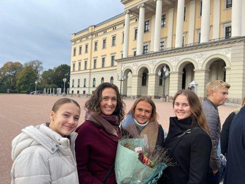 Nora Gunnarstorp, Wenche Westberg, Thea Gunnarstorp og Thale Gunnarstorp stod utenfor slottet i dag. Døtrene var med for å heie da Westberg ble utnevnt statssekretær av Kongen.
