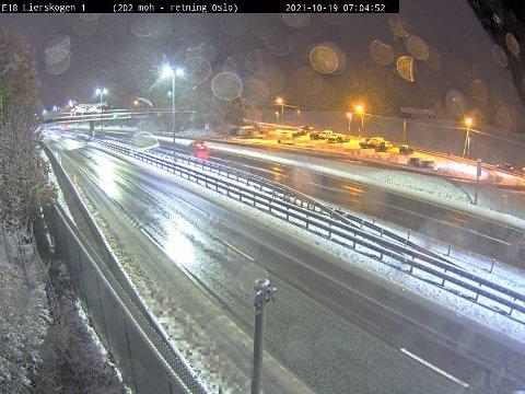Bilde fra Statens Vegvesen sitt webkamera ved E18 Lierskogen. Det snør tett flere steder på Østlandet.