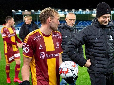 MATCHBALLEN: Jonathan Lindseth sikret seg matchballen etter kampen mot KBK. Her går han av banen sammen med Gaute Vetti. I bakgrunnen ses trener Lars Bohinen.