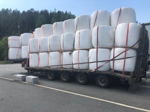 STOR LAST: Lastebilen med henger var lastet full av halmballer, som ikke ble fremlagt for tollkontroll.