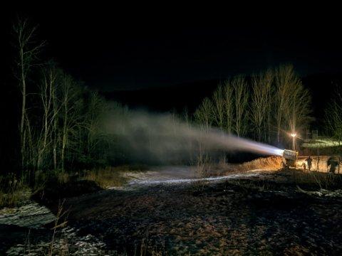 Her er de lokale ildsjelene fra Trøsken IL i full gang med å produsere snø og anlegge akebakke og skispor ved Grålum barneskole.