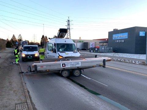 Ved 8-tiden torsdag morgen løsnet denne hengeren fra en bil og traff bilen på bildet. Uhellet skjedde på Rolvsøyveien. Bilen med hengeren kjørte i retning Sarpsborg, men hengeren havnet i motsatt kjørefelt.