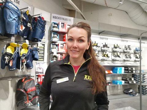 POPULÆRT Varehussjef Hanne Øby på XXL ved Tunejordet bekrefter den store etterspørselen av skøyter i kulda.