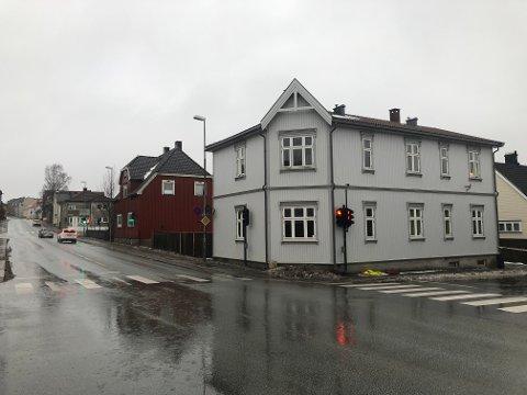 LIVSTRUENDE: En mann i 60-årene er fortsatt livstruende skadet etter en brann natt til lørdag i denne bygningen med fire leiligheter. Bygningen ligger i krysset Olav Haraldssons gate-Sverres gate.