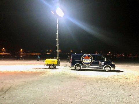 Ingard Langsholdt AS har fått tak i en mobil lyskaster som gjør det mulig for barn og unge å spille ishockey på Tunevannet også etter at mørket har senket seg over Sarpsborg.