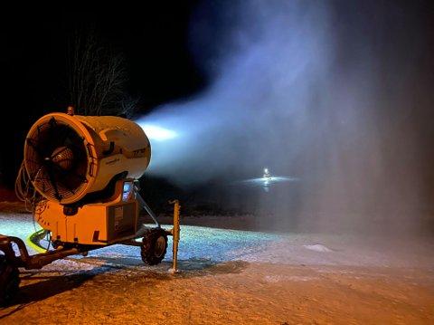 Natt til lørdag har ildsjeler fra Trøsken IL jobbet med å produsere snø i akebakken ved Lækkert.