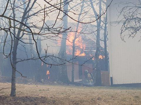 Det brøt ut brann i et uthus i Rakkestad.