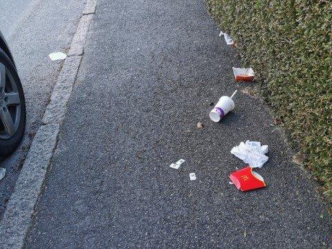 SØPPEL: Beboere i Snorres gate er lei av søpla som til tider ligger strødd rundt på fortauet.