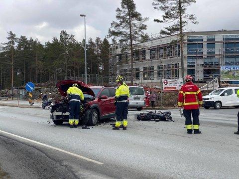 En bil og en MC kolliderte mandag ettermiddag på Iseveien. Sjåføren av MCen er fraktet til Kalnes med smerter i beinet.