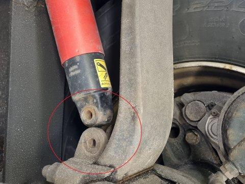LØS: Denne støtdemperen var løsnet fra kjøretøyet.