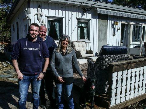 Sønnen Alexander Jølberg Berntsen (til v.) er på besøk hos Arvid Berntsen og Birgitte Jølberg Berntsen på hytta ved Skjærhalden. Familiehunden til høyre.