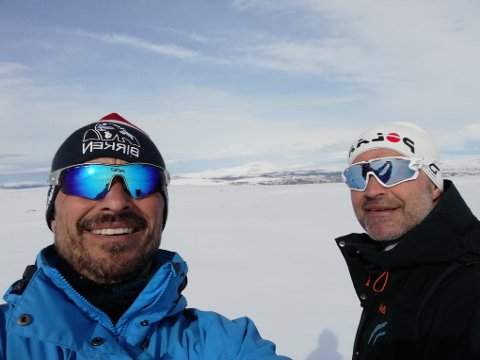 Antonio og Arvid med godt humør i vinterlandskapet.