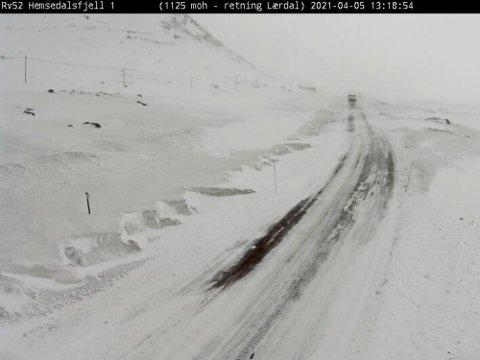 De fleste fjellovergangene i Sør-Norge er stengt andre påskedags morgen på grunn av uvær. Her er bilde fra Riksvei 52 over Hemsedalsfjellet hvor det er kolonnekjøring 2. påskedag.