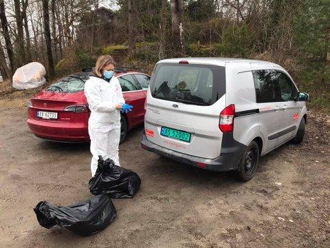 En veterinær fra Mattilsynet hentet døde svaner i Skjærviken forrige mandag.