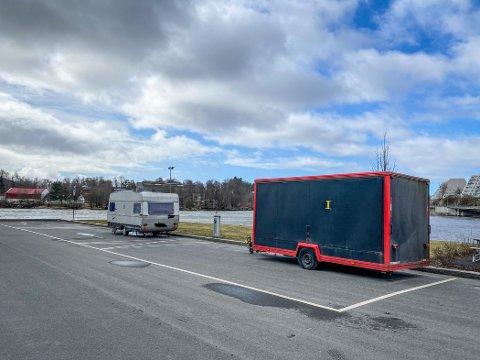 HENSATT: I lengre tid har noen satt fra seg ei gammel campingvogn og en uregistrert tilhenger på bobilparkeringen i Sandesund.