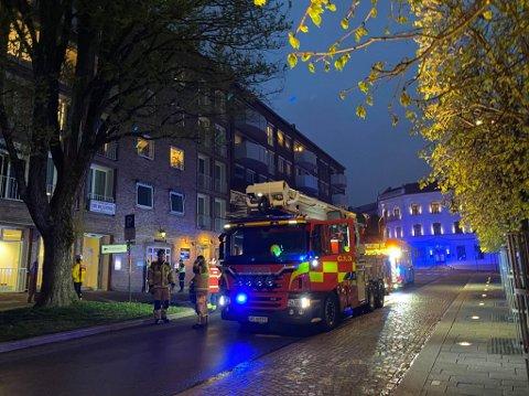Sarpsborg brannvesen har rykket ut til torget i Sarpsborg sentrum etter melding om røykutvikling i leilighet.