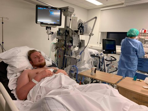 ALVORLIG SYK: Trym Sander Bunes (23) ble alvorlig koronasyk. Han er så langt i pandemien den yngste som har ligget på respiratorbehandling på Kalnes sykehuset Østfold. På bildet har 23-åringen nettopp blitt flyttet fra intensivavdelingen til lungeavdelingen.