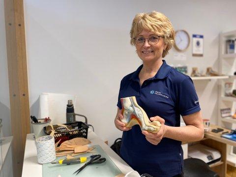 FOTEN ER ROTEN: Anne Lise Tveit er utdannet biomekanisk fotterapeut. Hun ser stadig folk med vondt ulike steder i kroppen, der foten er roten til det vonde.