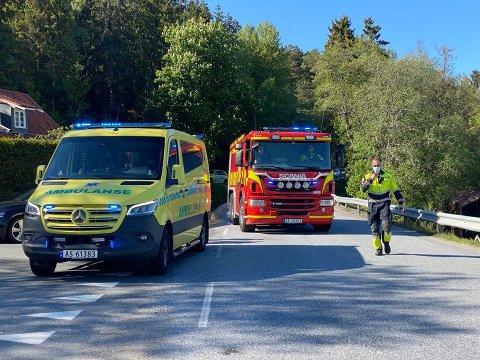 En bil og en MC har kollidert på Ullerøyveien fredag ettermiddag.