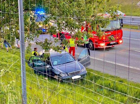 En Mercedes har kjørt ut på stedet. Politiet har fått informasjon om at bilen vinglet før den kjørte ut og har startet undersøkelser med tanke på mulig ruskjøring.