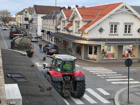Traktorer kjørte i kortesje gjennom sentrum torsdag kveld for å vise misnøye mot regjeringens forslag til landbruksoppgjøret.