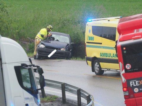 En bil endte i grøfta på Oldtidsveien i Skjeberg.