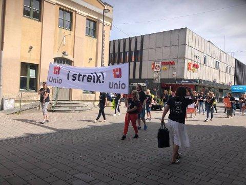 Streiken trappes opp. Ytterligere 24 ansatte tas ut ved Sykehuset Østfold. Her er går de streikende i tåg gjennom Sarpsborg torsdag 10. juni.