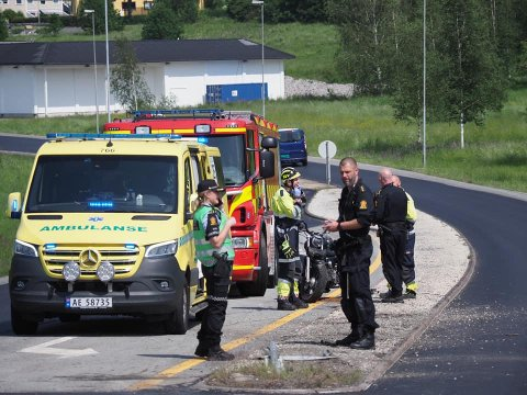 En motorsyklist er fraktet til sykehuset med smerter i nakke, armer og bein etter en ulykke i Torsbekkdalen.