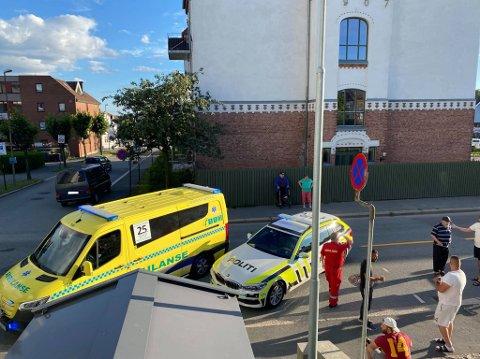Nødetatene rykket ut etter en sammenstøt mellom en bil og en sparkesykkel  i Sarpsborg sentrum.