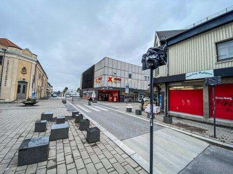 UTFORDRINGER: Sarpsborg kommune har tapet over skiltene i Rosenkrantz gate.