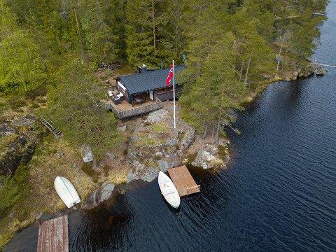 Idyllisk: Fritidseiendommen er bygget i 1966, men er pusset opp og bygget på i 1996.