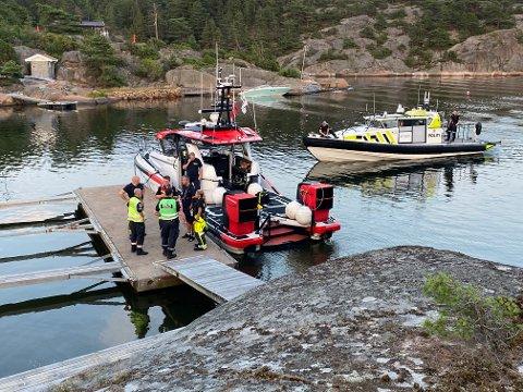 De to ungdommene om bord i redningsskøyta og de tre voksne ble brakt i land på Lineset for en sjekk av helsepersonell og en prat med politiet.