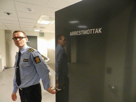 Geir Willadsen, seksjonsleder etterforskning ved politistasjonen i Fredrikstad, opplyser at en mann bosatt i Sarpsborg et mistenkt fort å ha tent på.