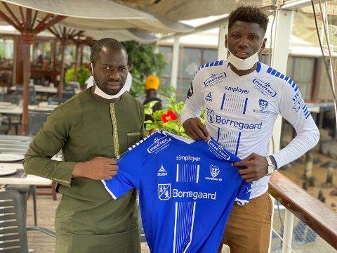 Agent og leder av Oslo FA Yossoupha Fall her sammen med Amadou Camara etter at kontrakten med Sarpsborg 08 ble underskrevet.