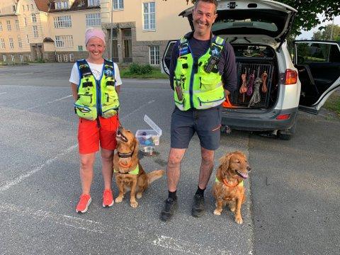 Lene Karlsen og Kurt Jarnes med hundene Astrid og  Leia er ofte på trening på nedlagte Veum sykehus. Der er det mange steder en person kan gjemme seg. Foto:Ivar Brynildsen