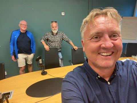 BLIDE: Programleder Petter kalnes (foran), Roger Andersen og ØisteinVeberg var i strålende humør etter Sarpsborg 08s knallsterke 1-0-seier over Molde.