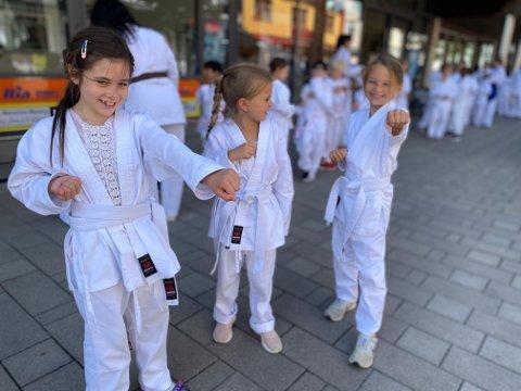 NYE TRIKS: Milla, Olga og Olivia (alle 7) er storfornøyd med deltagelsen på sommerskolen. De forteller at de har lært flere nye karatetriks.