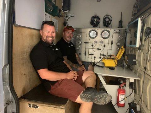 Tommy Svendsen og Bjørn Johansen på plass i en av bilene de bruker når de er ute på dykkeroppdrag. Nå er de klare for å rydde  lokale strender for stillehavsøsters.