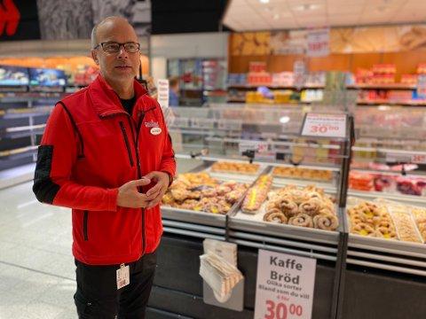 HAR FYLT OPP HYLLENE: Butikksjef Ole Jørgen Lind ved MaxiMat på Nordby Shoppingcenter synes året har vært tøft. Nå håper han nordmennene kjenner sin besøkelsestid.