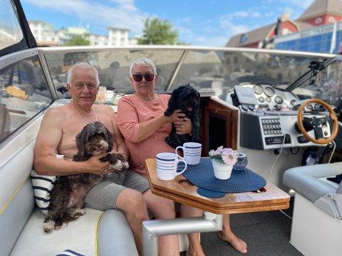 TRIVES I BÅT: Runar Kamfjord Spange (62) med Betty på fanget og Anita Storbraaten Spange (60) med Wilma på fanget, stortrives på båtferie i Sverige.