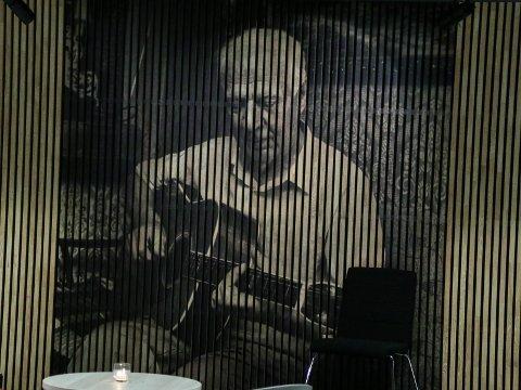 """Robert Normann preger en hel vegg i foajèen på Sarpsborg Scene. En utstilling blant annet Ole Dørje har vært med på å """"kuratere""""."""